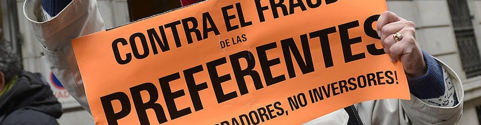 Una persona protesta ante la sede de Bankia.