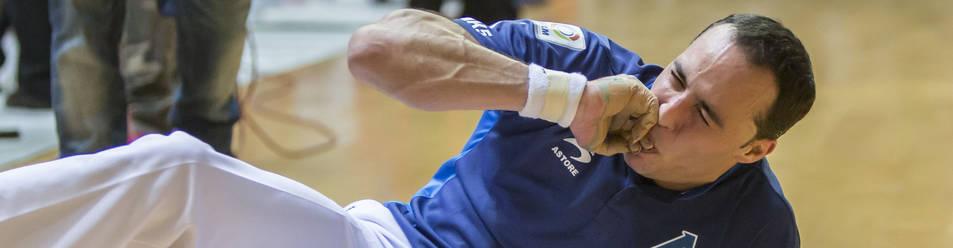 El gesto de dolor de Juan Martínez de Irujo nada más recibir el impacto de la pelota habla por sí mismo. A la izquierda, la radiografía que le precticaron en la Clínica San Miguel, con la fractura.