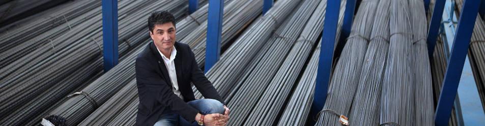 El nuevo presidente de la AER, posando sobre algunos tubos de acero que utilizan en su empresa.