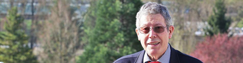 El profesor emérito Gerardo Castillo Ceballos, de 78 años, con un ejemplar de su último libro en el campus de la Universidad de Navarra.
