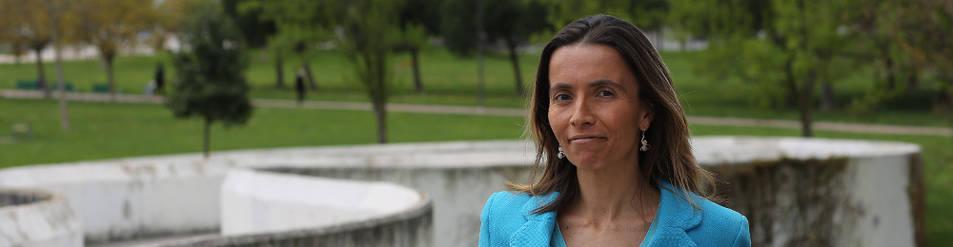 Rebeca Viguri, autora de La condesa de Padura, en el parque de Yamaguchi de Pamplona.