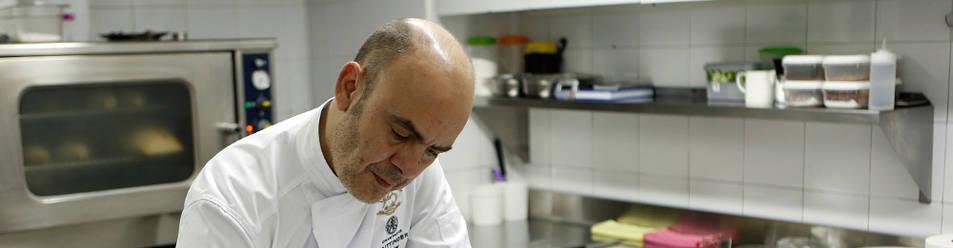 Koldo Rodero, en la cocina de su restaurante, junto a las libretas donde garabatea sus ideas para nuevos platos cada temporada.