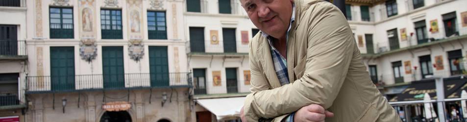 Manix Mandiola posa en el quiosco de la plaza de los Fueros de Tudela.