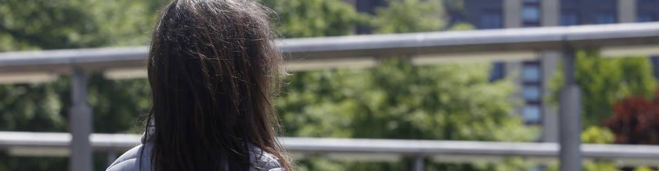 Esther Martínez Blanca, de espaldas en un parque de Pamplona.