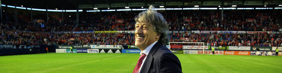 Enrique Martín hace un gesto de alegría  durante el partido del miércoles en El Sadar.