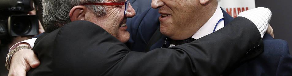 El presidente de Osasuna, Luis Sabalza, se abraza a Javier Tebas, presidente de la Liga de Fútbol Profesional, durante la conferencia de ayer ene l Hotel Muga de Beloso.