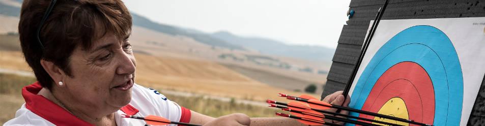 La tiradora con arco Carmen Rubio Larrión se muestra concentrada durante un entrenamiento, previo a los Juegos, en el polígono de tiro en Azpa.