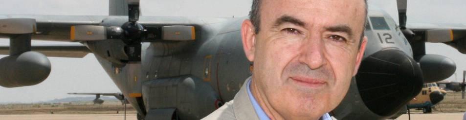 Lorenzo Silva, posando antes un avión Hércules del Ejército del Aire en la base aérea de Zaragoza.