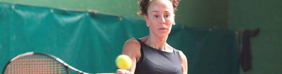 María Garai durante una de las clases que imparte en el Club Tenis de Pamplona.