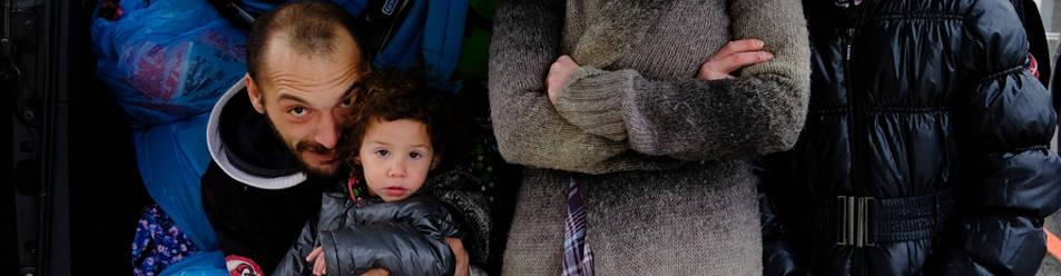 Alejandro Álvarez, Lilit (en brazos), Helodia Moroni y Aisha, junto al taxi que les llevó ayer a Chiclana.