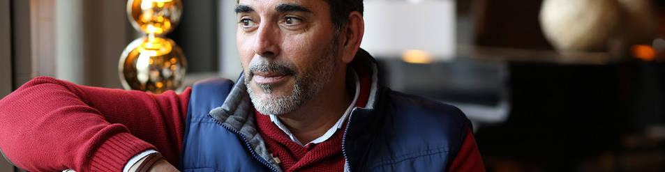 Víctor del Árbol, ayer, en el hotel Tres Reyes de Pamplona, antes de impartir su conferencia en el Baluarte.