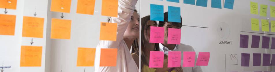 foto de una oficina de bigd en una pared con post it en un proceso de innovación