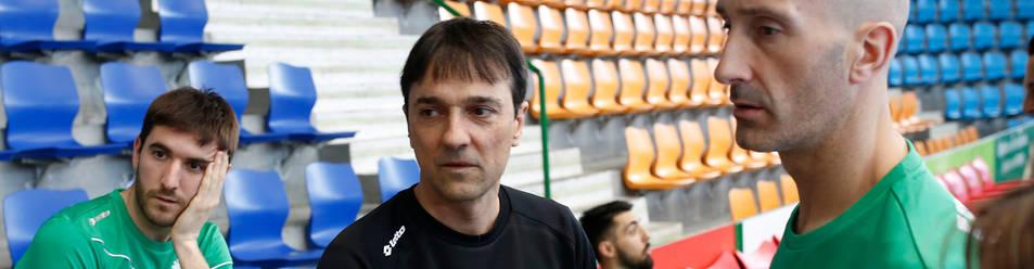 El técnico Imanol Arregui, rodeado de Roberto Martil, Eric Martel y Javi Eseverri, antes de un entrenamiento la semana previa a la Copa.
