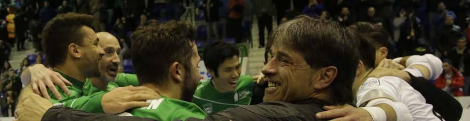 Tatono Arregui celebra con los jugadores la clasificación para la Copa de España tras la victoria del Magna el 10 de enero.