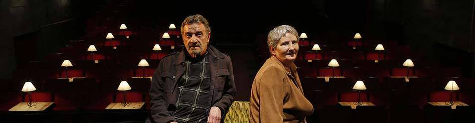 Imagen de Jose Lainez y Concha Martínez posando hace un año sobre el escenario de la Escuela Navarra de Teatro.