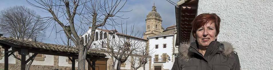Imagen de Carmen Litago Gil, en la localidad de Mañeru, en la que reside.