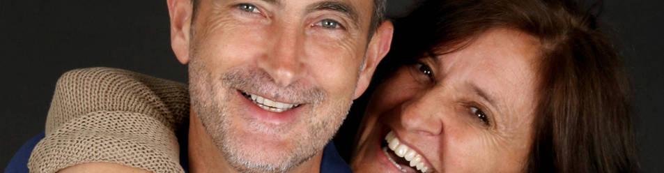 Foto de Carlos Goñi Zubieta y su mujer, Pilar Guembe Mañeru, nacidos en Obanos hace 54 años, escriben libros sobre familia 'al alimón'.
