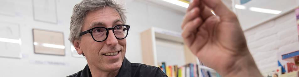 Foto de David Trueba, ayer, en la Librería Auzolan de Pamplona, horas antes de intervenir en el foro Auzolan que se trasladó al Civican de Pamplona.