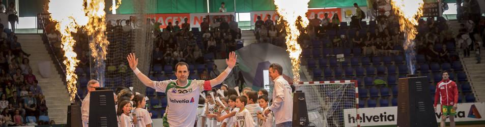 El capitán Miguel Goñi es presentado durante la previa del encuentro de EHF Cup ante el Magdeburgo