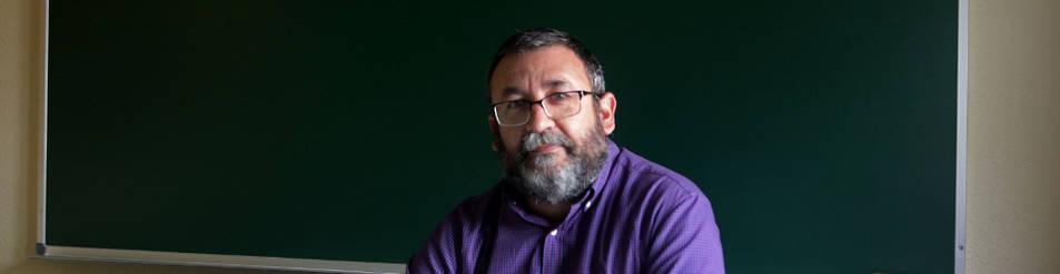 Jesús A. Balduz Calleja, fotografiado en la UNED, donde imparte clases de Historia Contemporánea.