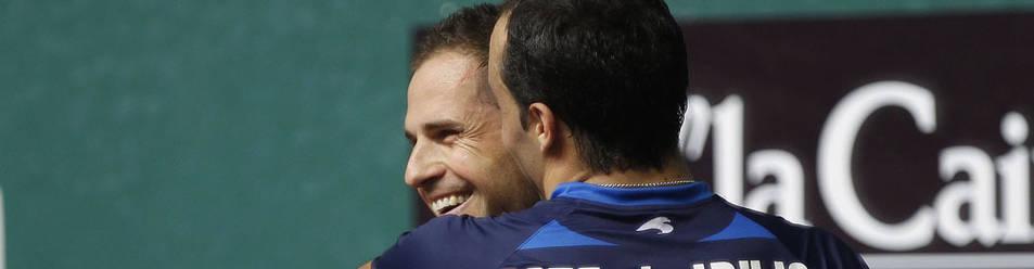 Aimar Olaizola y Juan Martínez de Irujo se funden en un abrazo después de uno de sus partidos.