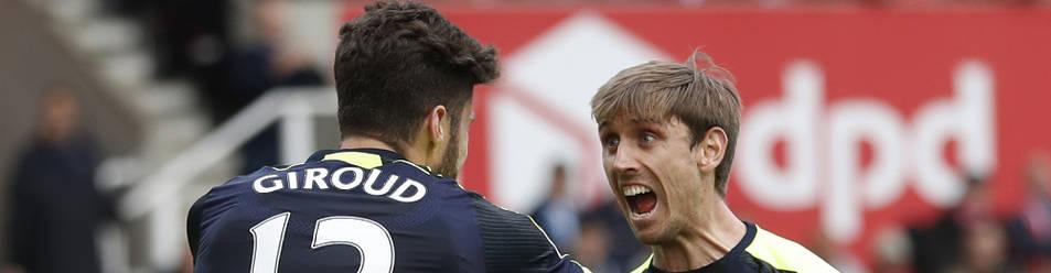Nacho Monreal celebra un gol de su compañero Olivier Giroud