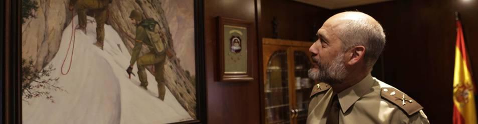 Foto del general Aparicio observa el cuadro de una brigada de escaladores del pintor militar Topete que cuelga en su despacho de la comandancia militar.