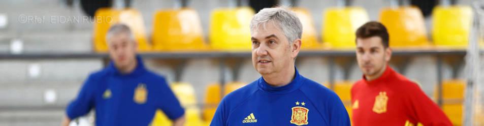 El seleccionador, José Venancio López, en un entrenamiento con los internacionales, estará el viernes en Pamplona.eidan rubio