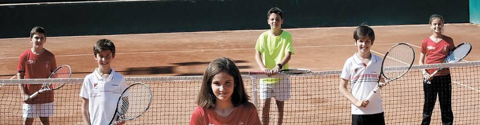 De izquierda a derecha, Sergio Orradre, Jaime Soria, Alicia Arraiza, Zacarías Uli, Alejandro Ibarrola y Leire Ahechu, ayer en las instalaciones del Club de Tenis.