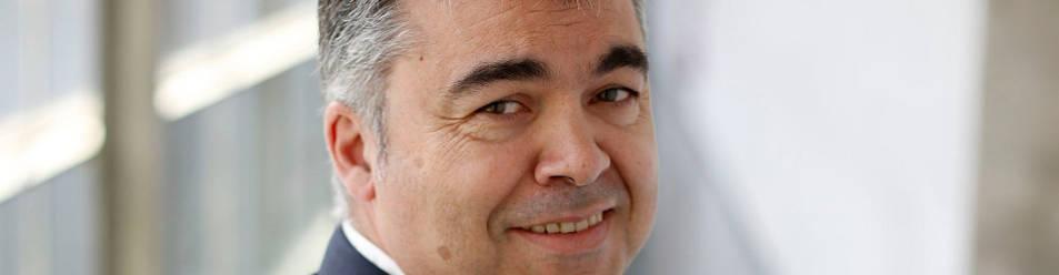 Imagen de Santos Cerdán posando en el interior del Parlamento de Navarra.