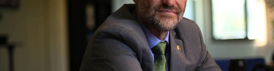 Alfonso Carlosena García, rector de la UPNA, en la mesa de reuniones de su equipo de Gobierno. Dice que ahí no suele haber discusiones pero sí horas de intenso trabajo.