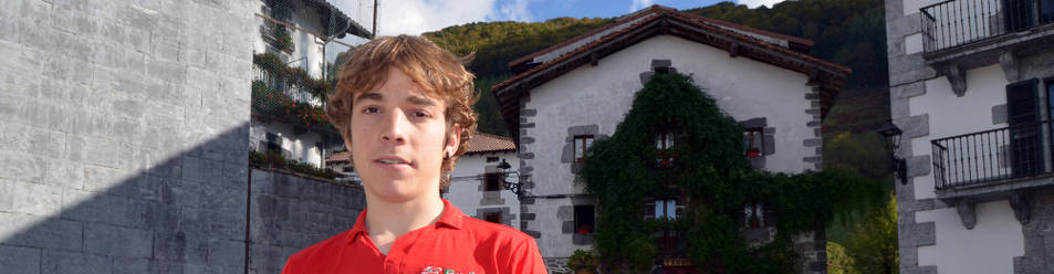Ibai Azurmendi sujeta el maillot de la Fundación Euskadi, ayer en la plaza de Leitza.
