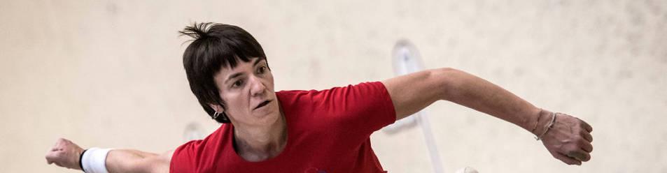 Maite Ruiz de Larramendi, en acción durante el pasado campeonato navarro manomanista femenino, quedó campeona.