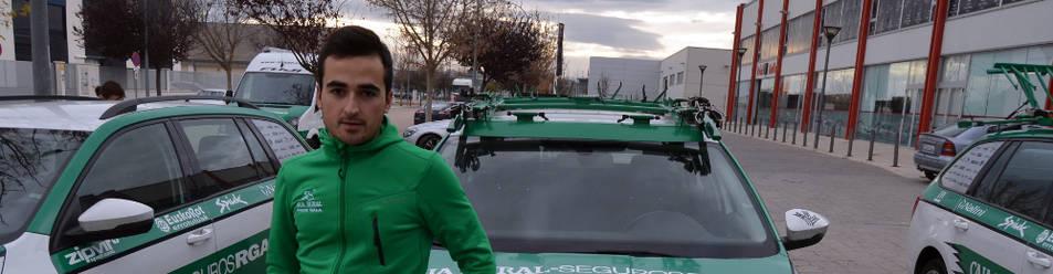 Josu Zabala, junto a uno de los coches del Caja Rural-RGA en la concentración de Tudela.