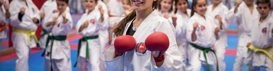 Saray Rosso, posando en uno de sus entrenamientos con los jóvenes compañeros de gimasio.