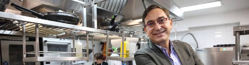 Ricardo Gil Gil posa en la cocina del Restaurante Treintaitrés de Tudela.