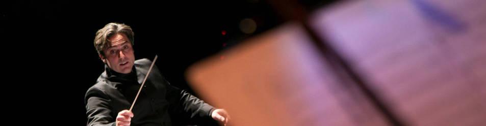 Imagen de Constantino Martínez-Orts dirigiendo un concierto. En lugar del clásico frac, suele vestir una levita negra que recuerda a la que llevaba Keanu Reeves en Matrix.