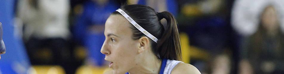 La base pamplonesa María Asurmendi (dcha.) habla con su compañera de equipo Silvia Domínguez.