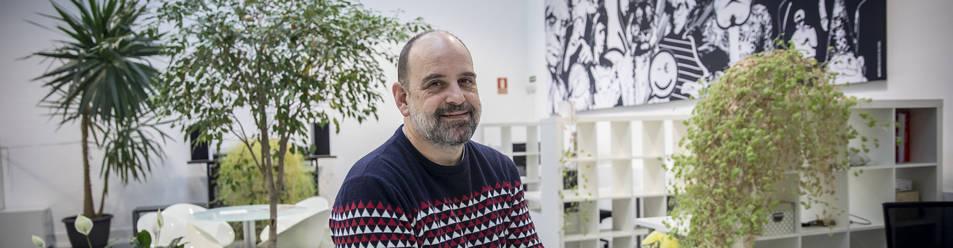 Iñaki Echandi en CocoWorking, espacio de trabajo compartido en el barrio de San Pedro, en la Rochapea pamplonesa.