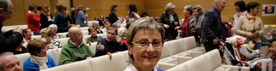 En la imagen, Cristina Jiménez Ruiz posa con un ejemplar de su libro en la presentación.