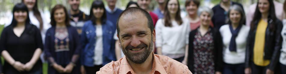 David Gálvez Pintado, director artístico y musical de la Coral de Cámara de Pamplona desde 2013, con los coralistas a su espalda.