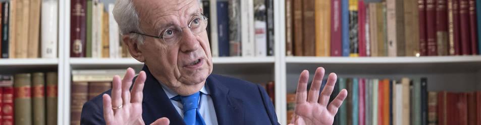 Del Burgo, durante la entrevista en su despacho y delante de algunos de los cerca de doce mil libros que calcula tener.