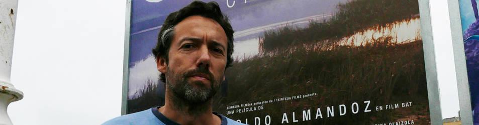 Koldo Almandoz con el cartel de Oreina en el festival.