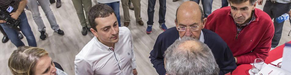 Los miembros de la comisión de control económico, Nati Díaz, Gorka Azpíroz, Joaquín Canalejo y Juan María Erice, atienden a Luis Sabalza en un asamblea anterior.
