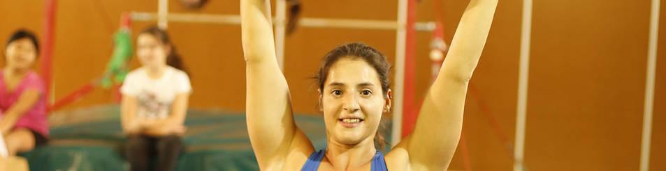 Saioa Ortiz -haltera, ex gimnasta y ex pertiguista- levanta a una de sus alumnas.