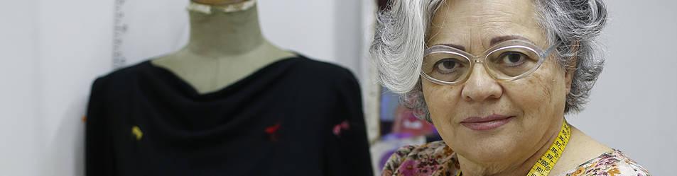 La modista pamplonesa Esperanza Vela Viñaras, de 73 años, en su taller de costura en la Avenida Zaragoza. Su abuela y sus tías, dice, le 'metieron el veneno de la aguja' y desde los 45 tiene su propio negocio.