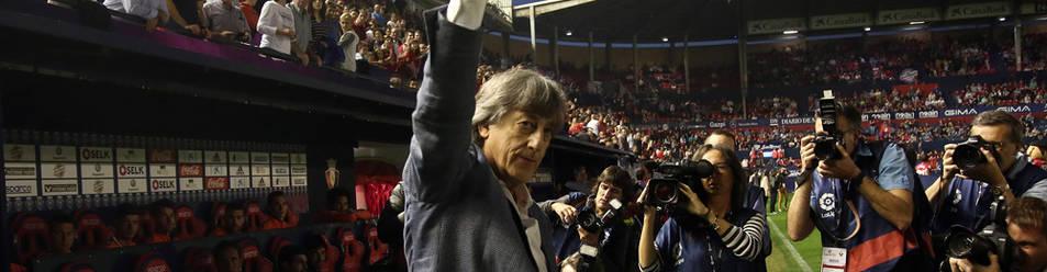 Enrique Martín Monreal saluda a la afición rojilla en su última visita a El Sadar el 12 de noviembre de 2017 cuando dirigía al Albacete.