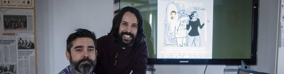 Carlos Fernández de Vigo, sentado, y Marcos García Cabeza, en su estudio de Pamplona.