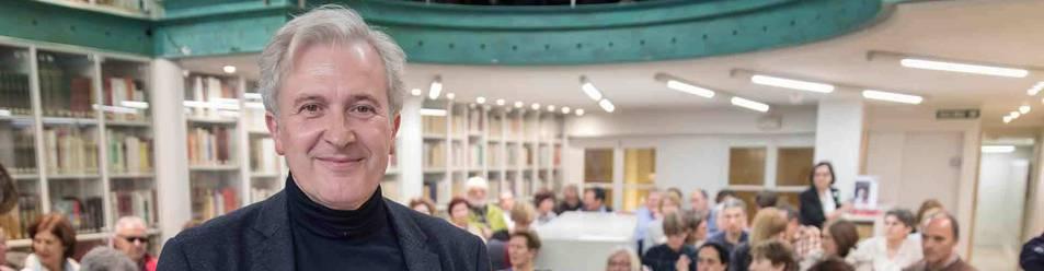 Emilio del Río, ayer, en el Club de Lectura de Diario de Navarra, al que acudió para presentar su libro Latín Lovers.