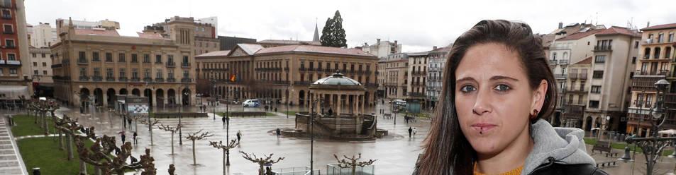 Mai Garde, en un balcón de la Plaza del Castillo de Pamplona.
